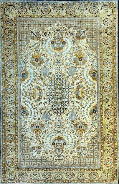 Fin Ghoum en soie (Iran), époque du Shah vers 1965.  Champ ivoire à ramages de palmettes...