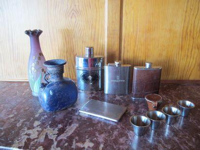 Vase à panse aplatie en verre bleu de style...