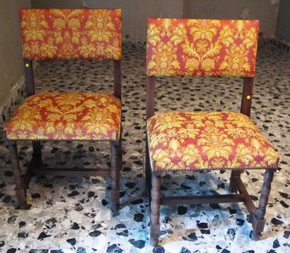 Huit chaises en bois sculpté de style espagnol...