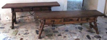 Deux tables basses en bois sculpté de style...