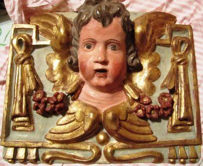 Elément de décoration en bois sculpté d'un...