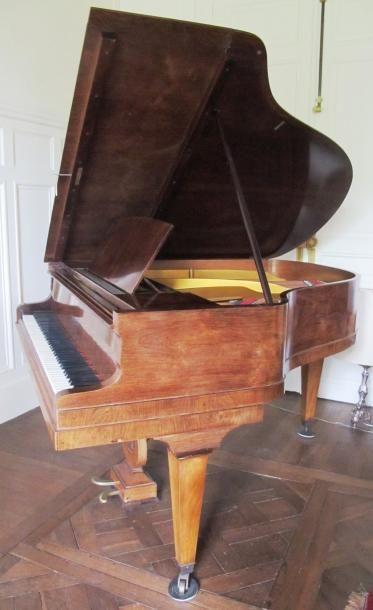 Piano en bois vernis de marque Pleyel numéroté...