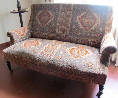 Canapé Napoléon III recouvert de tapis