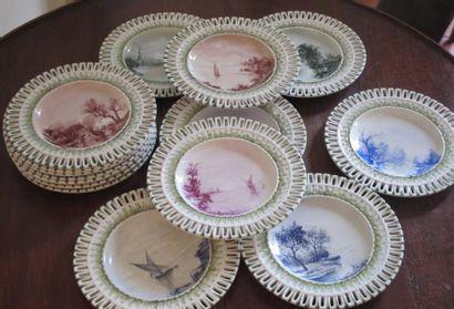 Série de douze petites assiettes en porcelaine...