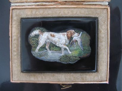 Micro mosaïque à décor d'un épagneul tenant...