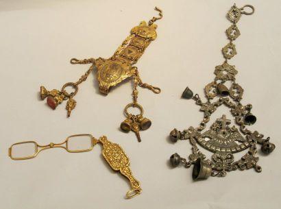 Châtelaine en métal doré à décor de pots...