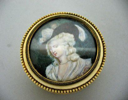 Boite en ivoire à décor d'une frise de perles,...