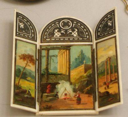 Triptyque en ivoire, à décor peint de scènes...