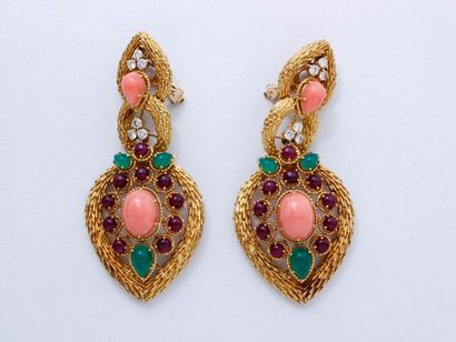 Importante et élégante paire de pendants...