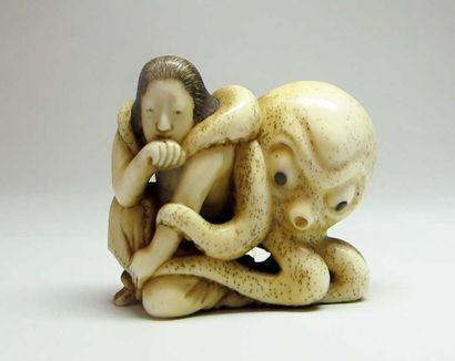 ASIE Netsuke en ivoire: jeune femme assise enlacée par une pieuvre. Signé Tomochika....