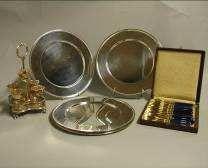 Six assiettes de présentations en métal argenté,...