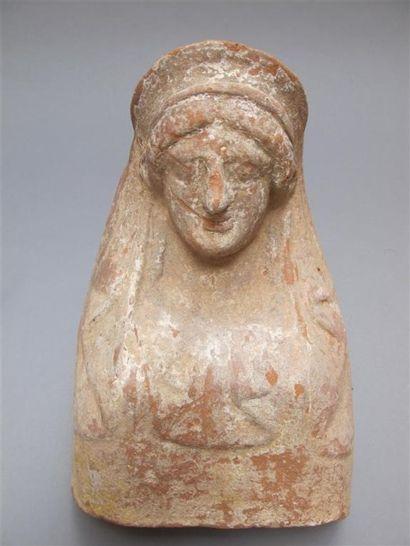 Protomé féminin archaïque coiffé d'une stéphané...
