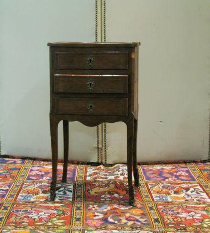 Petite table de salon en bois de placage ouvrant par trois tiroirs. Style Louis...