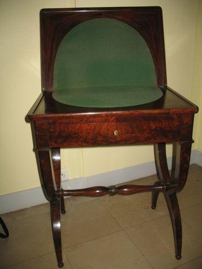 Table à jeux en placage d'acajou flammé, piétement en X. Travail du XIXème sièc...