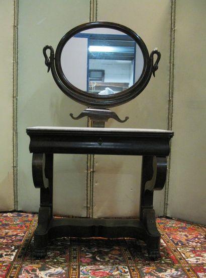 Table de toilette en acajou, plateau de marbre blanc, miroir ovale à décor de col...