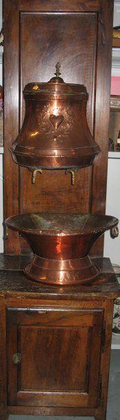 Fontaine en cuivre et son support en chêne Travail du XIXe