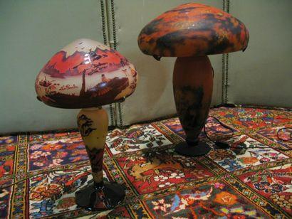 Lampe champignon en verre multicouche marbré rouge et violet.