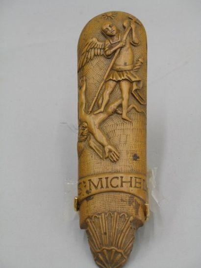 Râpe à tabac en bois sculpté de saint Michel...