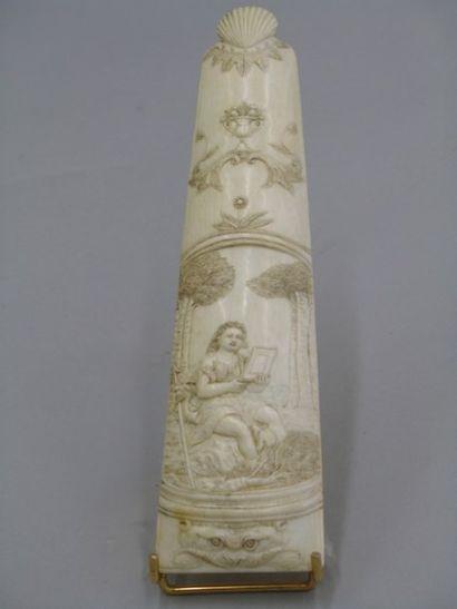 Râpe à tabac en ivoire sculptée en son centre...