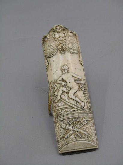 Râpe en ivoire sculptée d'une femme assise...