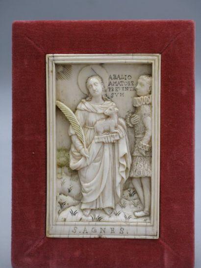 Plaque en ivoire profondément sculpté avec...