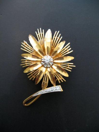 Broche fleur en or et platine, le pistil...