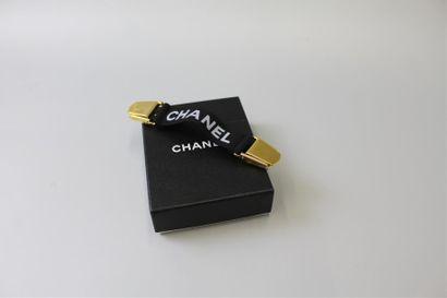 CHANEL. Attache pull en métal doré et élasthanne,...
