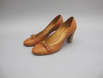 CHLOE. Paire d'escarpins marron en cuir surpiqués...