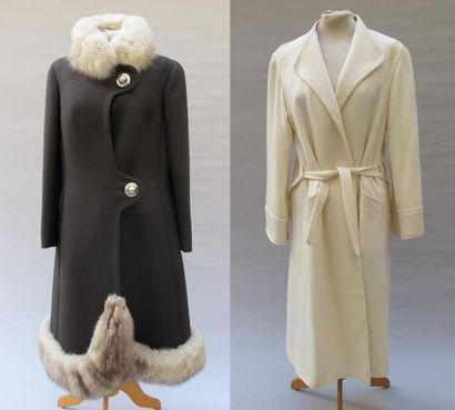 CAPUCINE et ANONYME. Deux manteaux l'un marron...