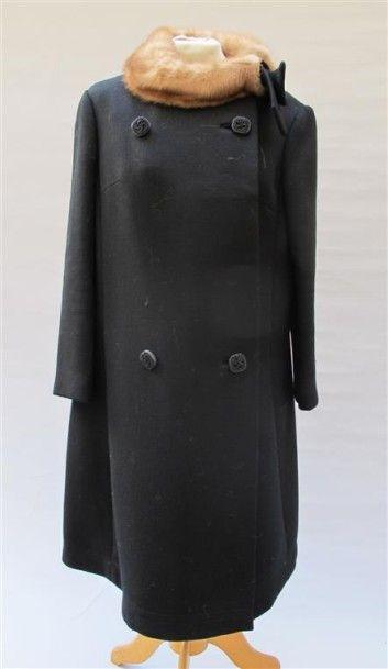 ANONYME. Vintage. Manteau noir en lainage,...