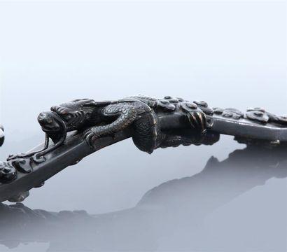 Sceptre de type ruyi en bronze à patine sombre, la tête du sceptre en forme de champignon...