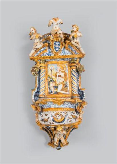 ITALIE. Beau bénitier baroque en faïence...