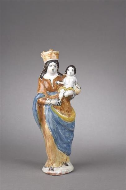 CENTRE. Statuette représentant une Vierge...