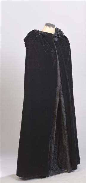 CARVEN Haute Couture. Longue cape à capuche...