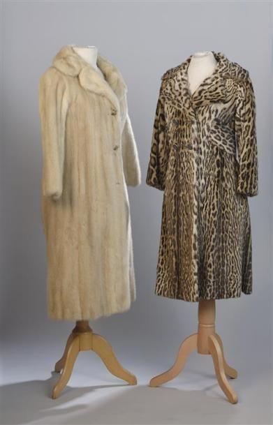 ANONYME. Manteau en vison beige clair à deux...