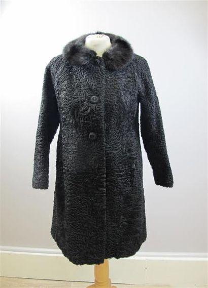ANONYME. Manteau en astrakan noir et col...
