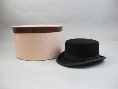 A. BERTEIL. Chapeau de forme en feutre noir....