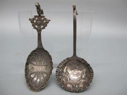 Deux cuillères à thé en argent (833°/°°)...