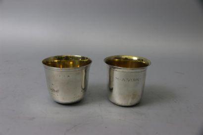 Deux petits gobelets en argent (950°/°°)...