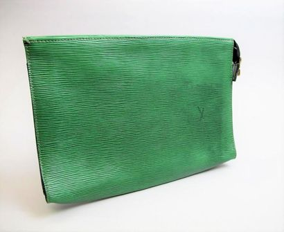 LOUIS VUITTON. Pochette en cuir épis vert...