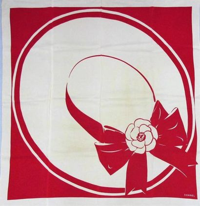 CHANEL. Deux foulards en soie imprimée; l'un...
