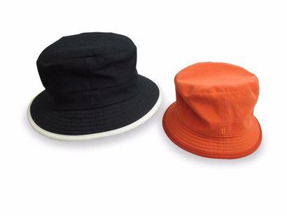 HERMES. Chapeau en coton noir à liserè blanc....