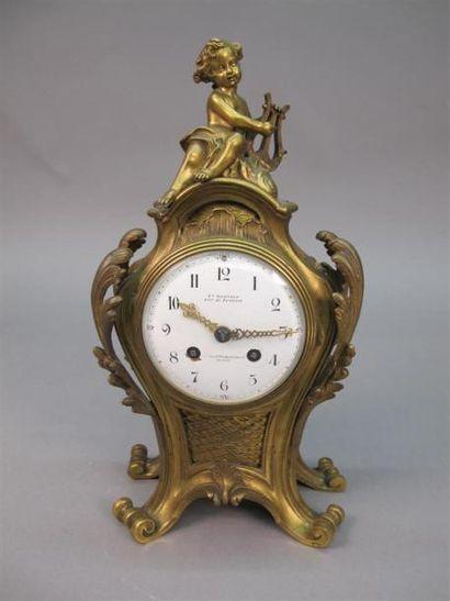 Pendule en bronze doré ciselé à décor rocaille...