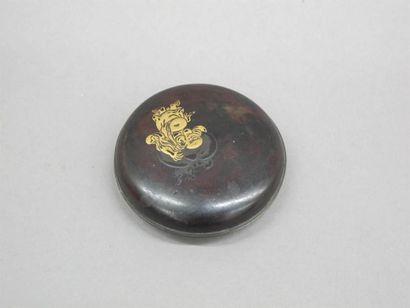 JAPON - XVIIIe siècle Boite de forme lenticulaire en laque brune à décor en hiramaki-e...