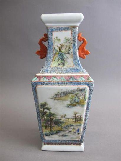 CHINE - vers 1900 Vase en porcelaine, de...