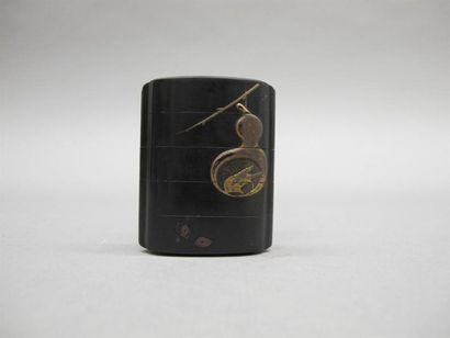JAPON - XVIIIe siècle Inro à quatre cases en laque noire à décor en hiramaki-e de...