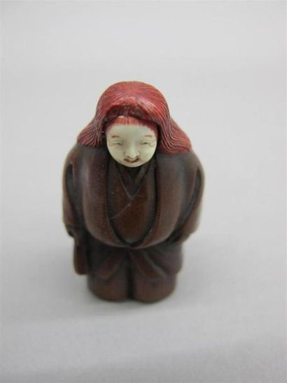 JAPON - XIXe siècle Netsuke en bois, Shojo debout, la tête en ivoire, tenant un...