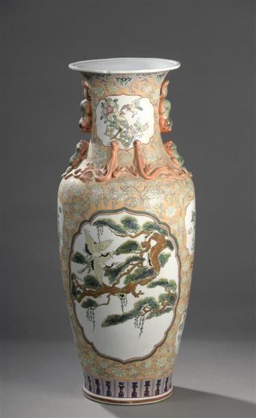 CHINE XXe siècle Grand vase à col en porcelaine...