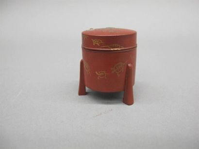 JAPON - XVIIIe siècle Petit modèle de boite hokkai en laque rouge à décor en hiramaki-e...