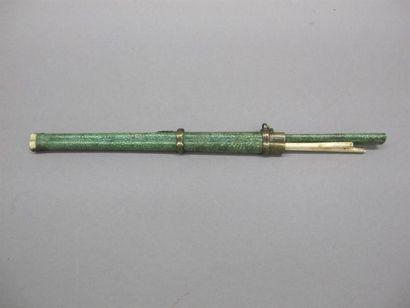 CHINE - Vers 1900 Nécessaire comprenant une...
